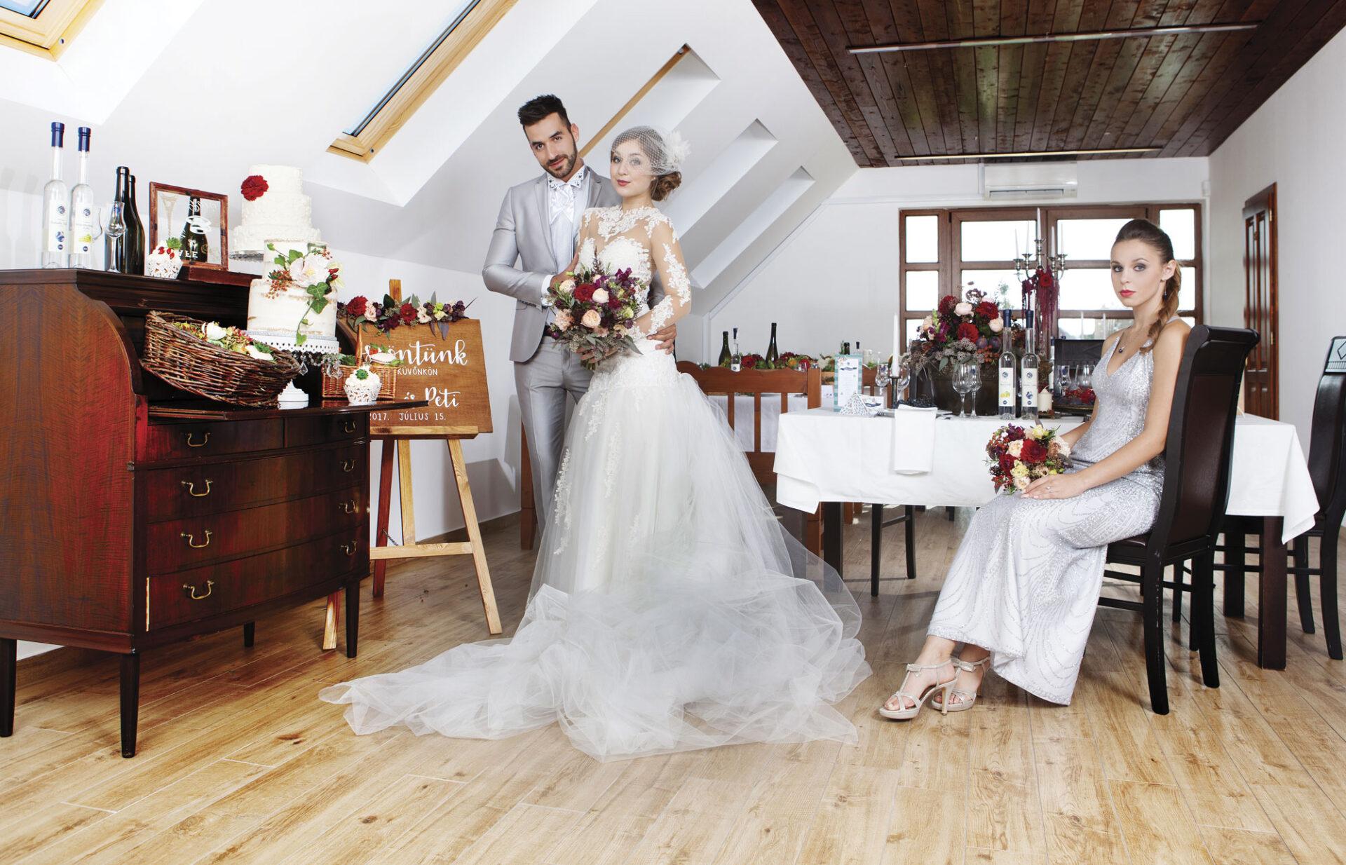 rusztikus esküvői dekoráció, esküvői asztaldekoráció, esküvői teremdekoráció, esküvői virágdekoráció, menyasszonyi ruha, koszorúslány ruha, vőlegény öltöny, vőlegény ruha