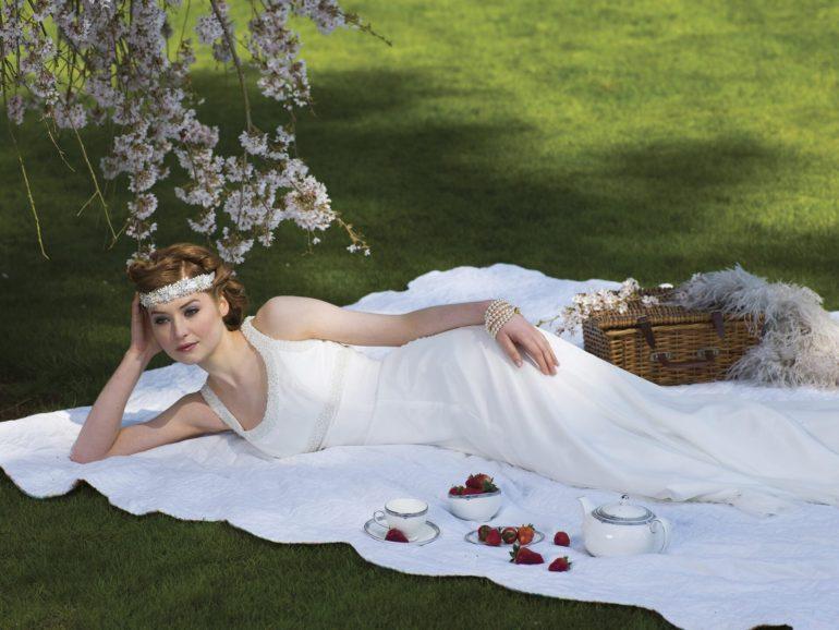 3801dd27cc Kinyílt a legszebb esküvői fejdíszek szelencéje: tiarák, virágkoszorúk,  kalapok és haj brossok öltöztetik a menyasszonyokat!