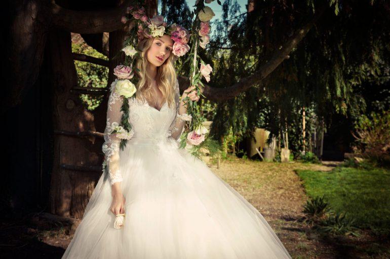 de8028b2ac Csipkék és virágkoszorúk: vintage menyasszonyi ruhaköltemények ...