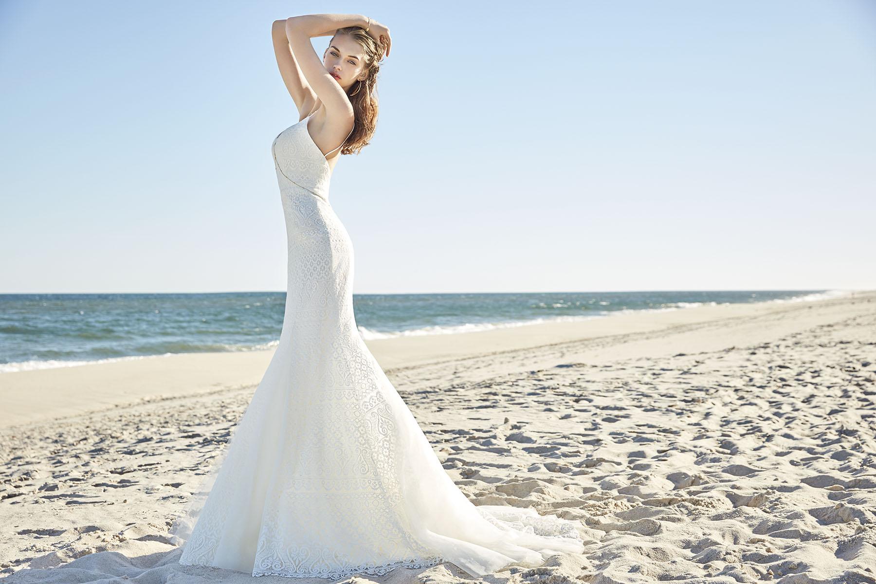5f912fb3cf Lágy homok és kékellő tenger: menyasszonyi ruhák, melyekkel ...