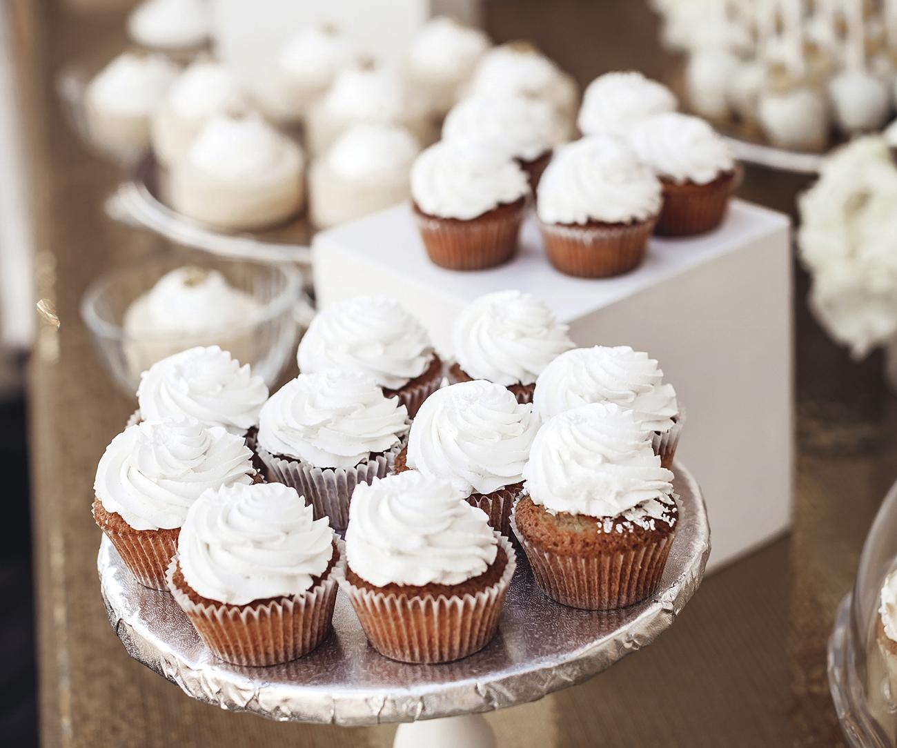 Desszert asztal, desszert pult, desszert esküvőre, muffin