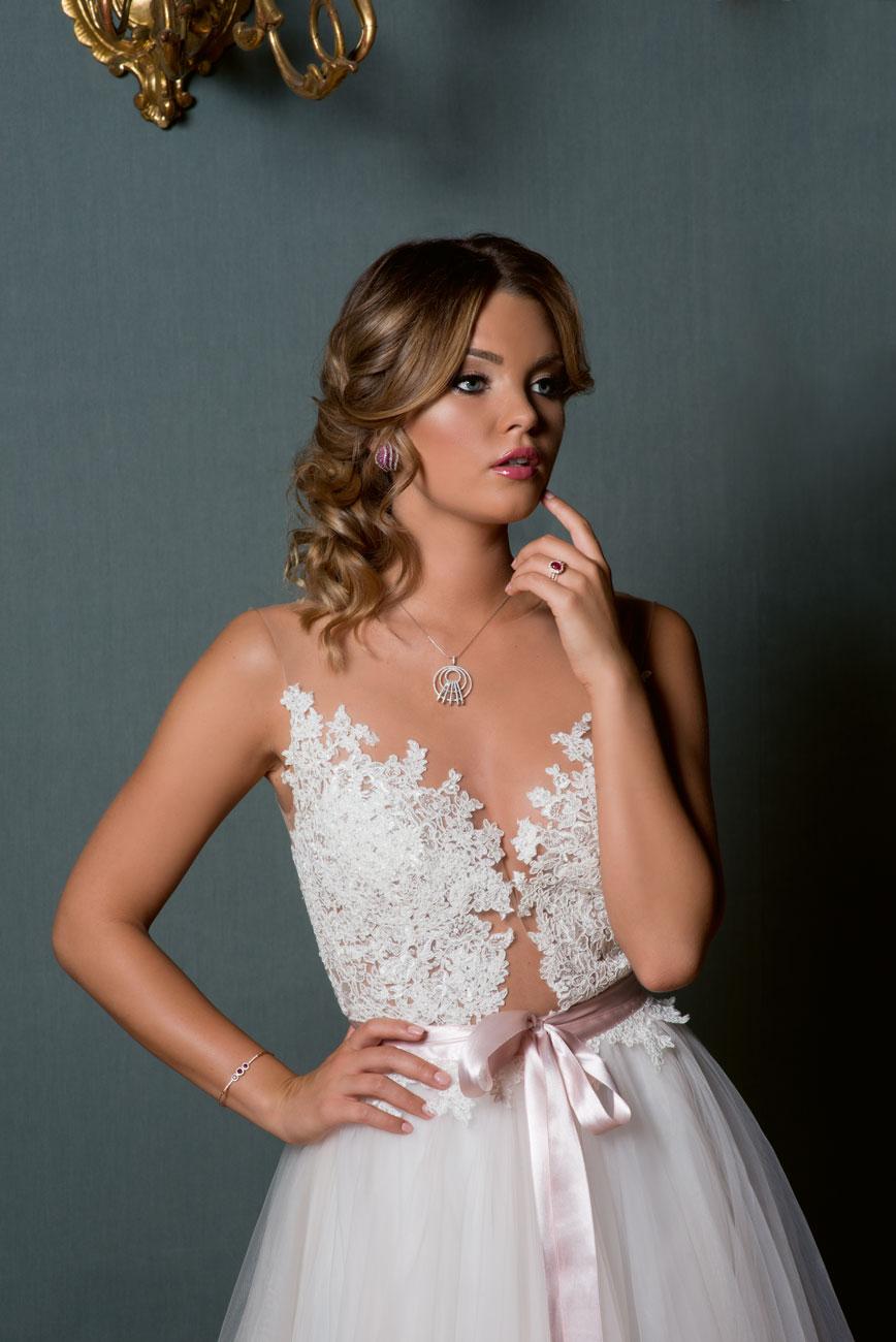 Kárpáti Rebeka menyasszony, Esküvő Classis Magazin címlap fotózás, menyasszonyi ruha, menyasszonyi ékszer, alkalmi ékszer, nyalkánc, karkötő, gyűrű, fülbevaló, gyémánt