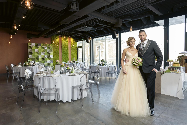 Urban echo chic, greenery moder esküvői dekor, menyasszonyi ruha, vőlegény öltöny, lookbook, csokor, Tápai Szabina, Kucsera Gábor esküvő