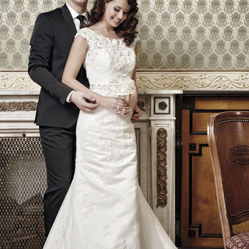 menyasszonyi ruha, menyasszonyi ékszer, alkalmi ékszer, alkalmi frizura, menyasszonyi smink, vőlegény, öltöny, alkalmi férfi ruha