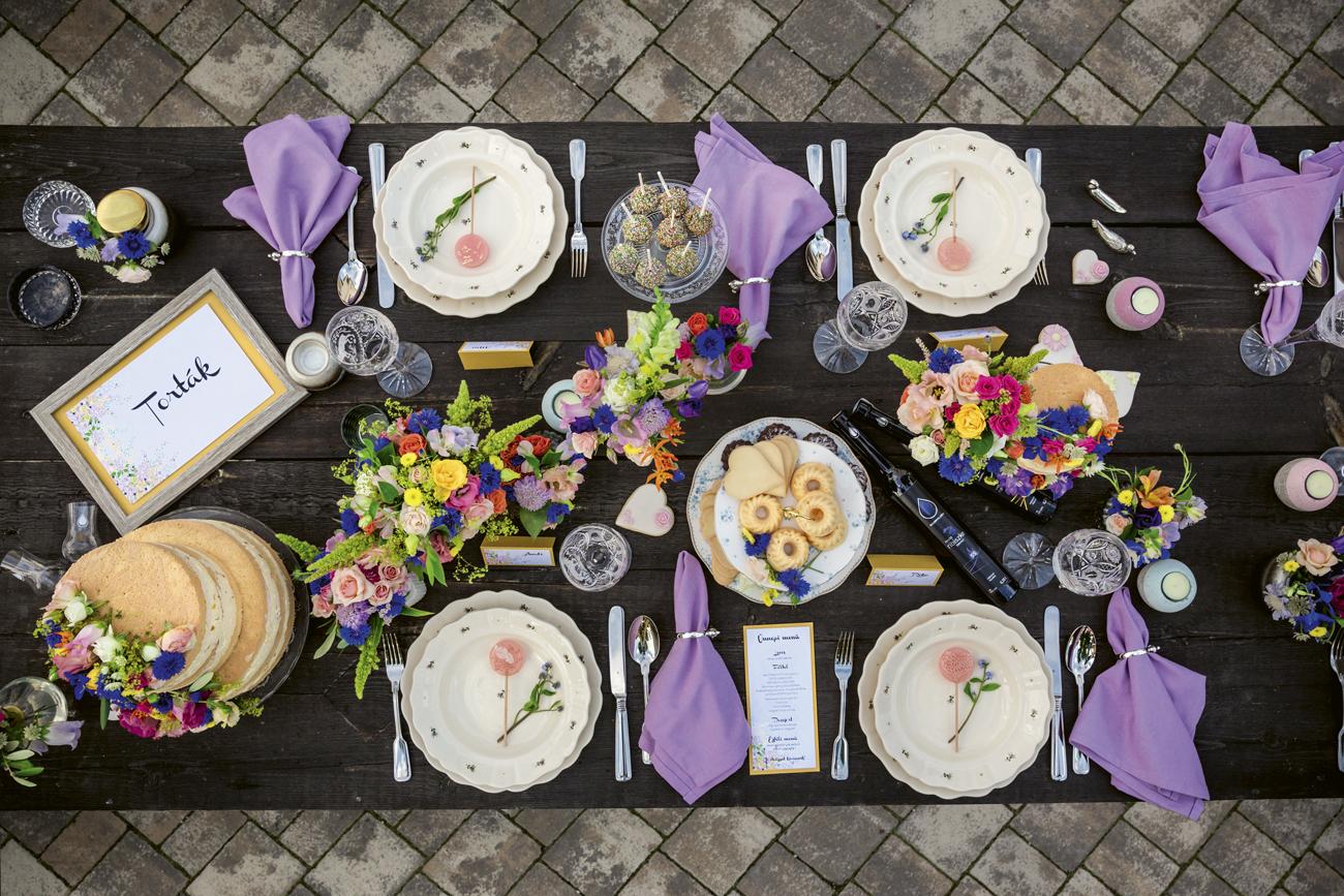 színpompás esküvői dekoráció az asztalra