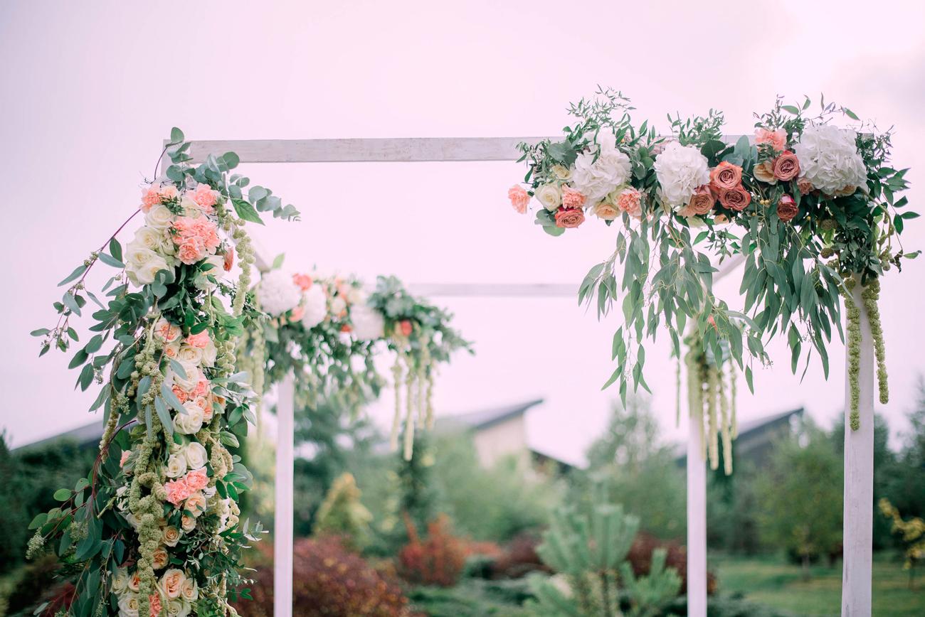 esküvői virágdekoráció, boldogságkapu