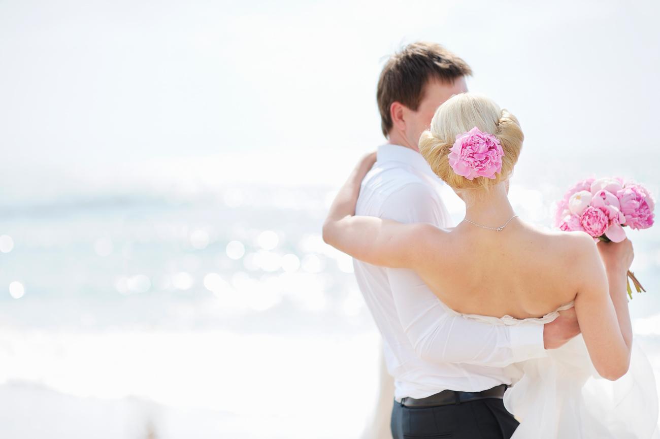 legnépszerűbb esküvői babonák - hiedelmek - Miért nem láthatja a vőlegény a menyasszonyi ruhát?