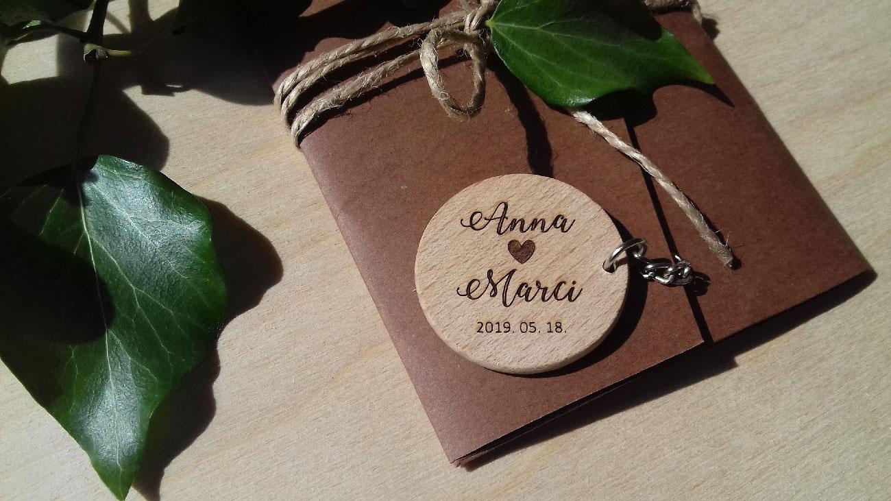 Fadekor, környezettudatos esküvő, fa dekor, esküvői dekoráció, köszönőajándék, mágnes köszönőajándék, köszönetajándék