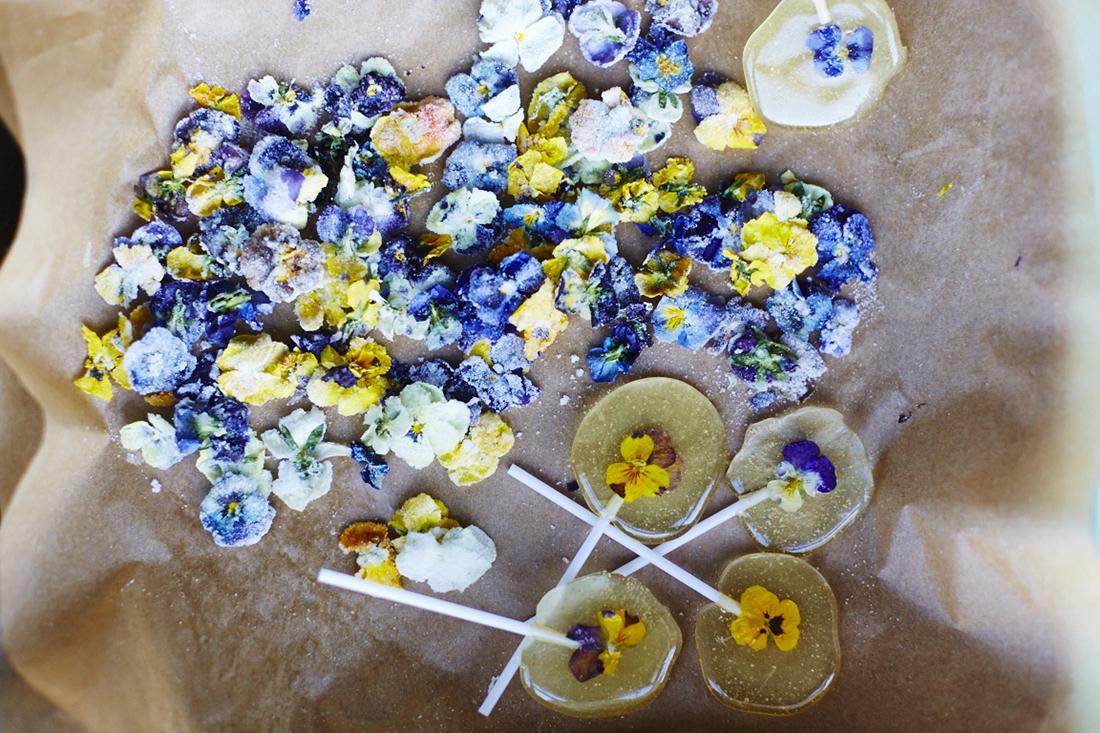 köszönőajándék, Esküvői készülődés: házi készítésű, ehető virággal díszített nyalókák a Meringue Girls-től nemcsak gyerekeknek
