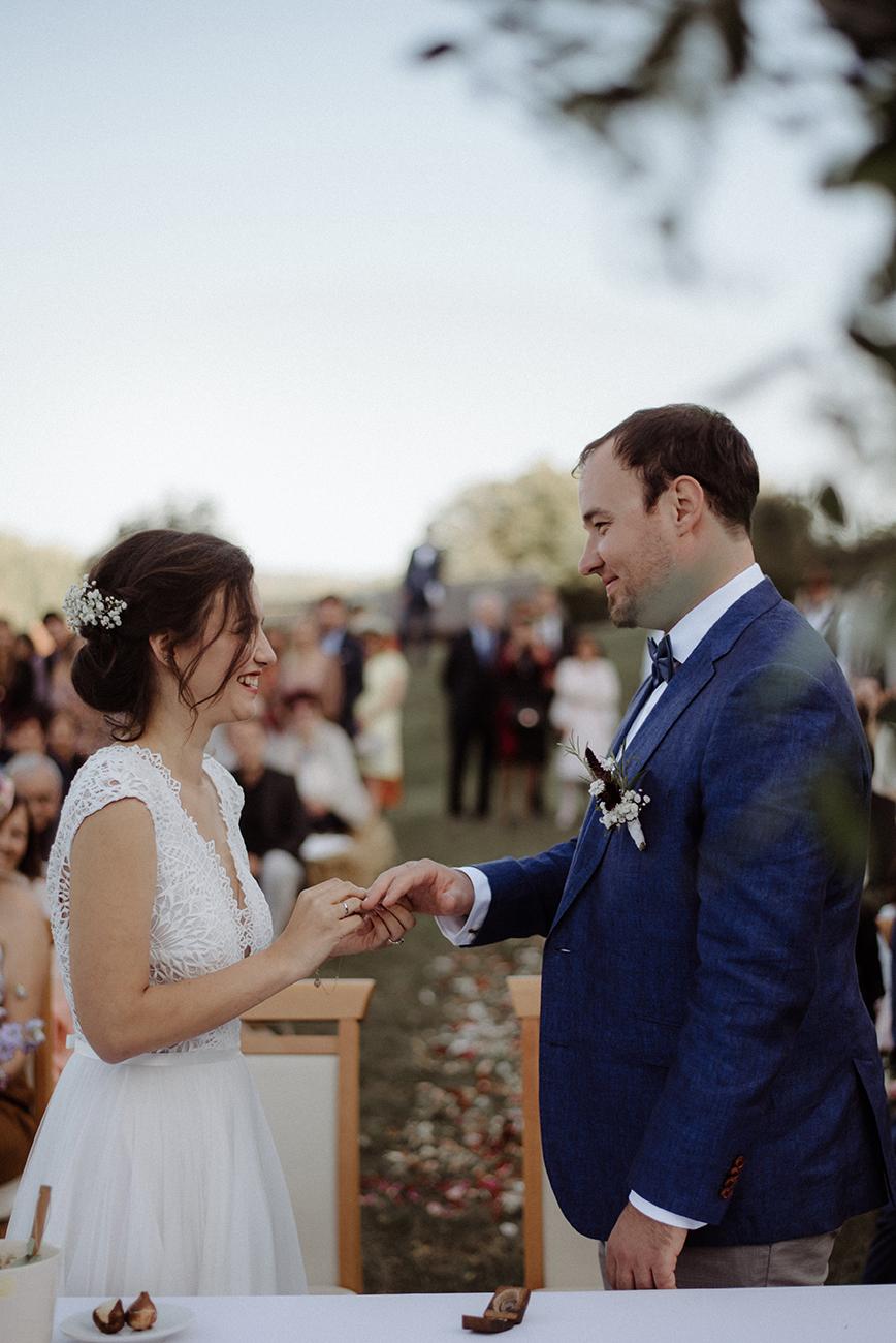 természetközeli esküvő, Természetközeli esküvő a réten – Zsófi és Gergő nagy napja a család és a barátok közös hétvégéje lett