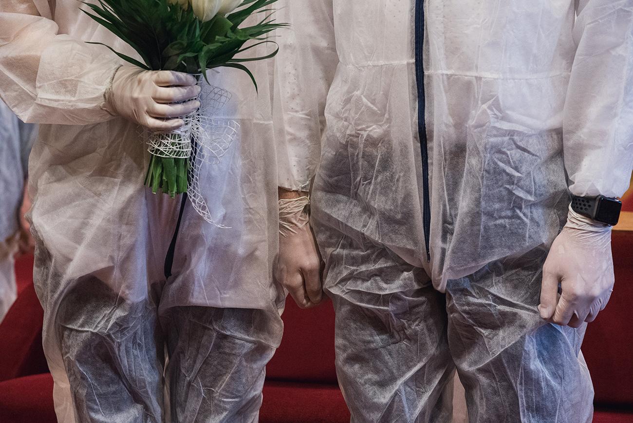 koronavírus esküvő, Esküvő teljes védőfelszerelésben – Bernadett és vőlegénye humorral közelítette meg a nagy napot