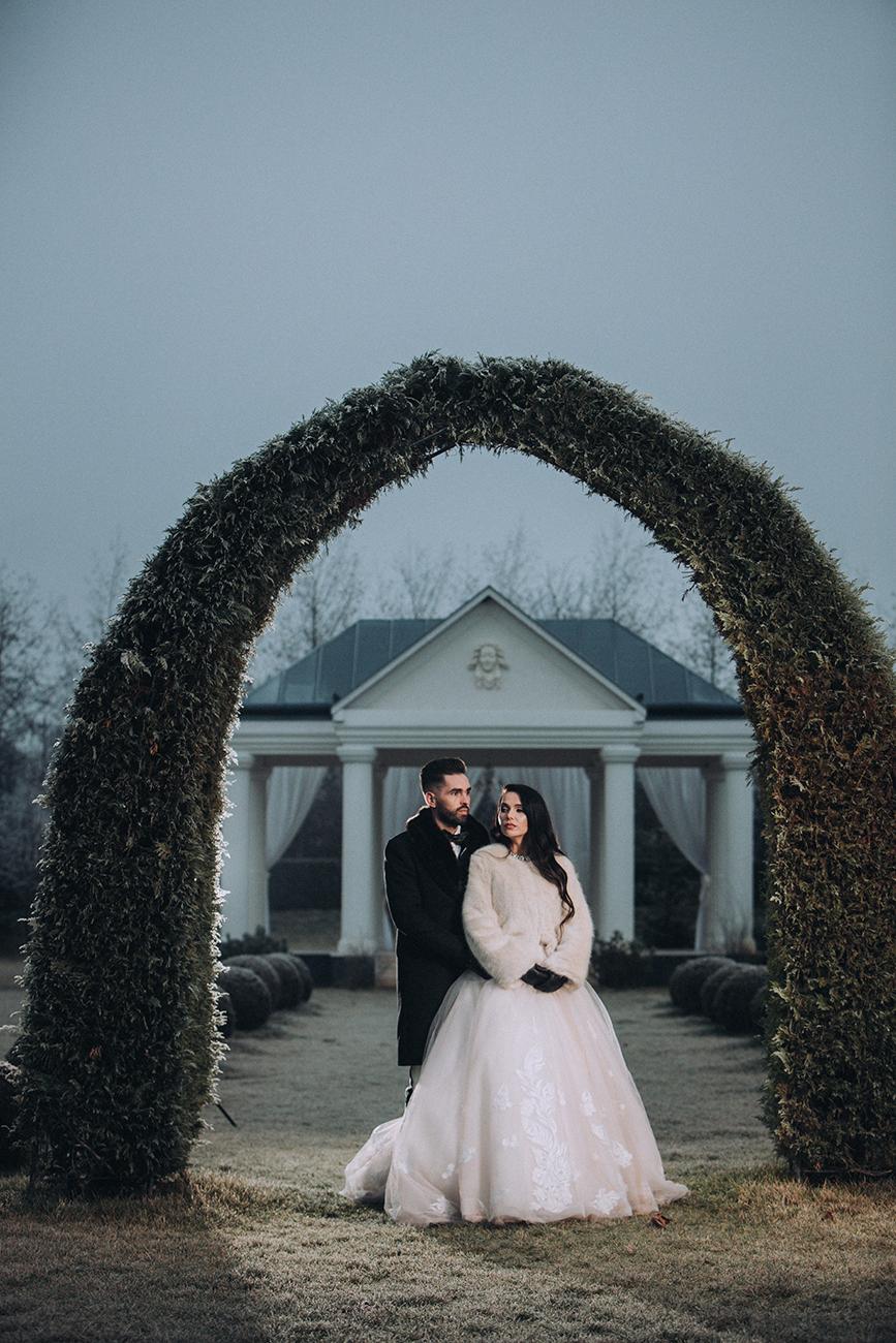 téli esküvő, Tökéletes Jégvarázs tematikájú téli esküvő másfél hónap alatt – Szabina és János nagy napja egy valóra vált tündérmese
