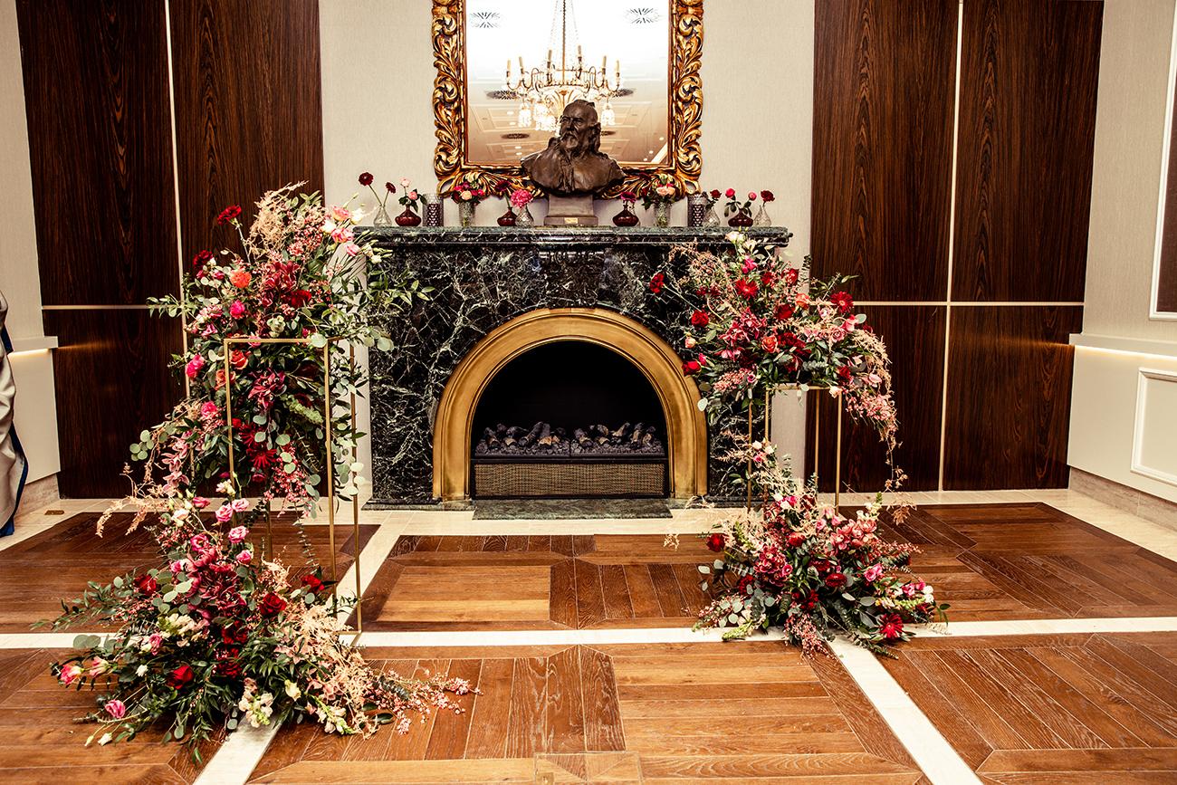 , Újdonság az EC-től – Bérelj arany geometrikus virágállványt az esküvői asztaldekorációdhoz!